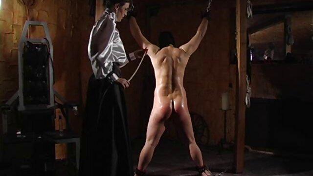 MILF peliculas eroticas para mujeres online masajeando la polla del cliente en la bañera